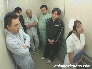 Zierlich japanisch krankenschwester im elevator missbrauch