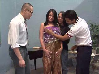 Tři šťastný guys licking jeden pěkný indický manželka