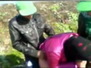Príťažlivé egyptské dievča fucked podľa tow man's v farma