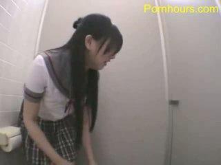 Asiatisk student knulling i offentlig toalett