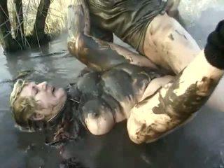Nghịch ngợm porno hiệu suất gần đến một khó chịu bà having got laid trong các mud