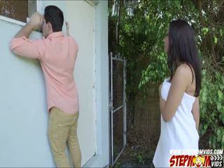 Peeping tom ends hasta follando su pechugona gf y su madrastra