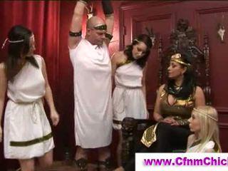 옷을 입은 여성의 벌거 벗은 남성 그리스의 queens 저크 guy
