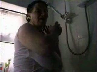 Matang dengan besar saggy payu dara dalam mandi