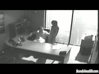 Kancelář tryst gets chycený na cctv a leaked