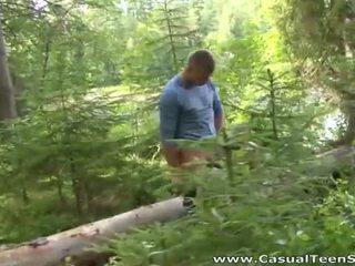 Hitchhiker pāris jāšanās uz the woods