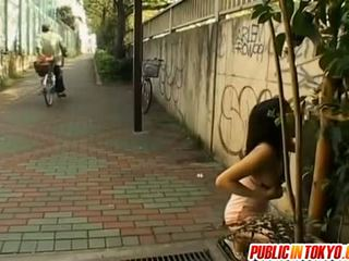 Asiática modelo pechugona sucks rabo en calle