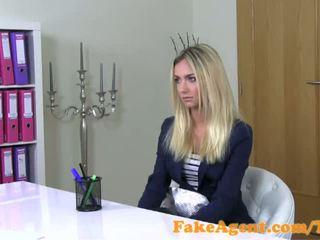 Fakeagent ohromující blondýnka móda studentská fucks v odlitek