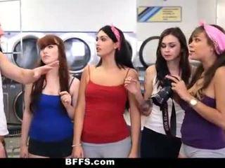 Bffs - korkeakoulu tytöt naida creepy guy sniffing pikkuhousut
