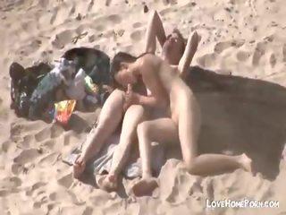 أقرن زوجان سخيف في ال شاطئ