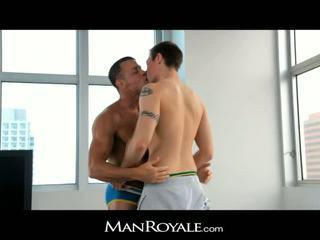 Manroyale guy massages ένα bodybuilder's καβλί