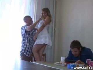 Ona takes pryč jeho blue shirt