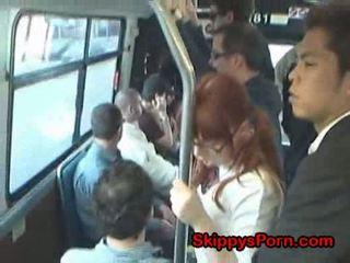 Japoniškas mokinukė finger pakliuvom apie autobusas