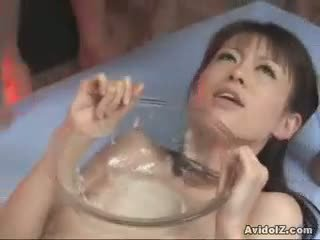 Ai himeno gets en bowlful av duck sauce!