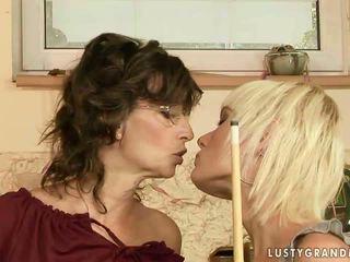 Nonnina e giovanissima having lesbica divertimento