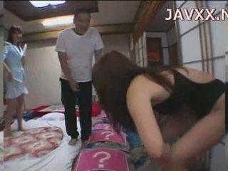 Pieauguša japānieši skaistule rides a stiff boner līdz sasniegt viņai orgasms