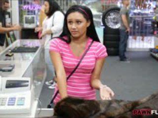 Laska posed nagi na kamera w the zaplecze z a pawnshop