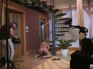 Sylvia saint sitting su il pavimento fondleing suo clitoris