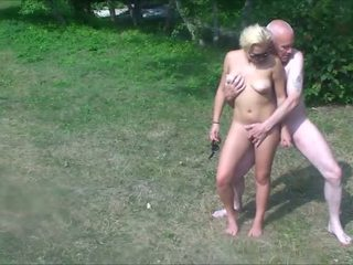Abuelo & adolescentes en público park - ordinary speed &.
