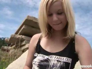 Blonde onto la rocks