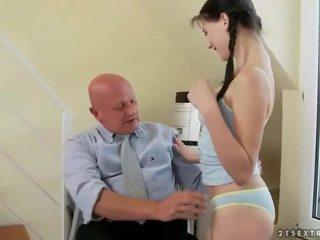 Bukuroshe adoleshent fucks shumë i vjetër gjyshi