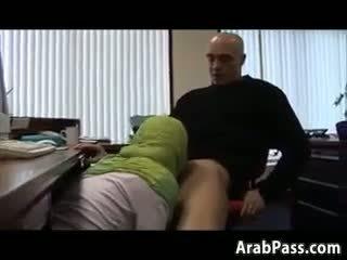 Broke arab fucks im an büro für geld