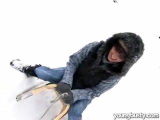 সুন্দর oustanding চোট চুলের মেয়ে ভেতরের ঐ snow