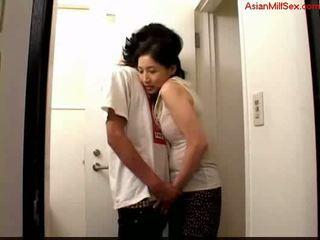 Milf giving broche para jovem guy ejaculações para palm em o toilett