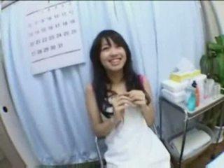 Asiatiskapojke baben creampie körd och fingered på massagen bord
