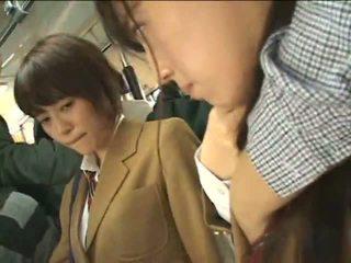 Offentlig perverts harass japansk schoolgirls på en tog