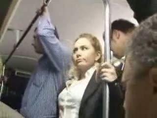 Sexy bionda ragazza maltrattata a autobus
