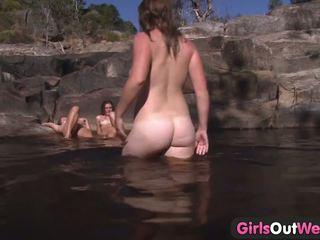 Jovem lésbica sexo a quatro ao ar livre banho