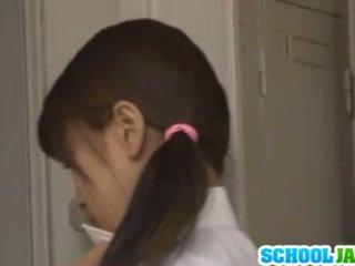 Schoolmeisje in de locker kamer double teamed door two dicks