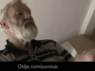 "Bearded grand-père foutre en tinaãâ²ãâ'ã¢â""â¢s jeune bouche"