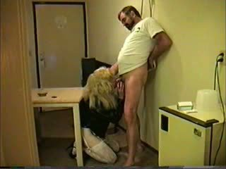 Blondýna travesti giving hlava na guy