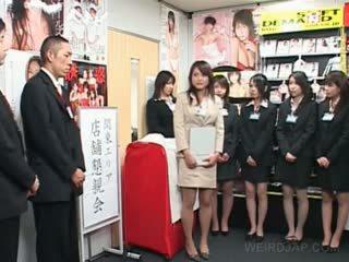 Teinit japanilainen tyttö näyttää mulkku rubbing skills at seksi