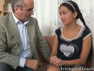 Tricky vanha perv lecturer persuades aasialaiset cutie kohteeseen niellä hänen teho tool