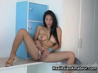 Velký boobed asijské hottie stuffing ji