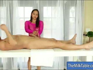 Gjoksmadhe masseuse adrianna luna blowjobs nën the tryezë