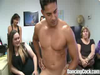 Dancingcock น่าประหลาดใจ dong ออฟฟิศ กลุ่ม