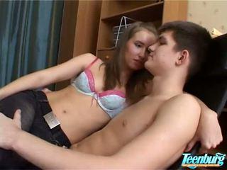 Lustful férfi kisses lányok