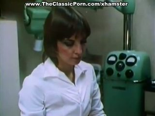 Bác sĩ fucks sexy phụ nữ trong một cabinet