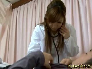 Pacient gets greu ca asiatic asistenta examines