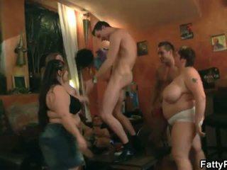 Mastný pub: horký skupina akce s vyhublý dudes a velký ženy