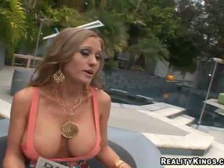 Abby rode फक्किंग ऊपर और getting rewarded के लिए सेक्स