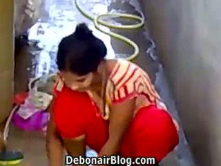 Seksikas desi beib washing clothes näitamist rinnavahe ca