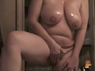 Mammīte ar smags hangers masturbates