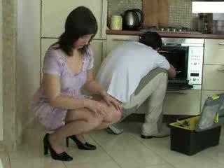 עקרת בית, repairman