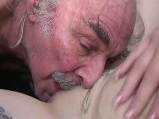 Porner premium: недосвідчена секс кіно з a старий людина і a молодий шльондра.