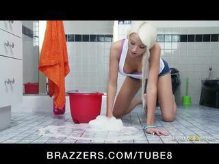 Incredibly горещ блондинки тийн seduces тя по-стари съсед